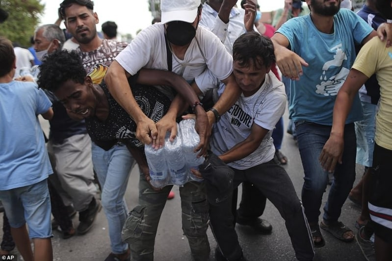 مشهد قاسٍ.. لاجئو مخيم موريا في اليونان يتقاتلون على شربة ماء