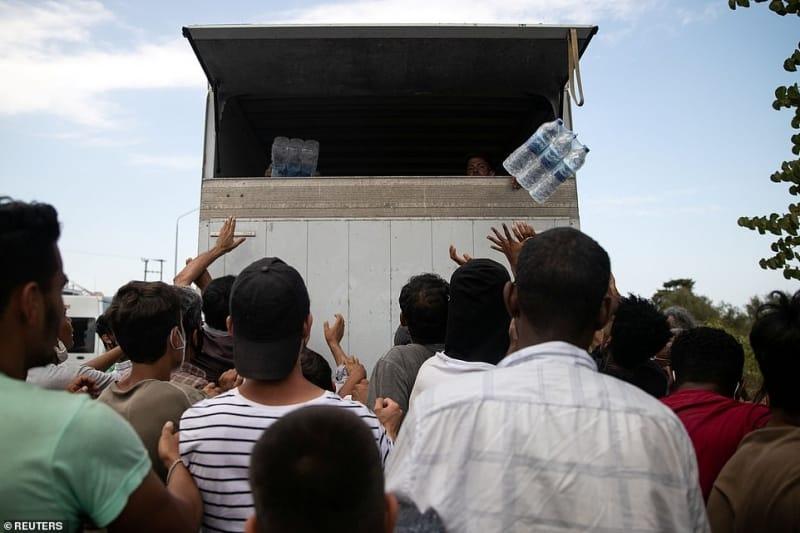 لاجئو مخيم موريا في اليونان يتقاتلون على شربة ماء 5