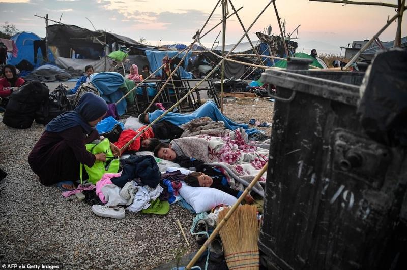 لاجئو مخيم موريا في اليونان يتقاتلون على شربة ماء 7
