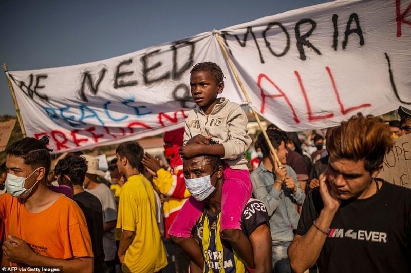 لاجئو مخيم موريا في اليونان يتقاتلون على شربة ماء 8