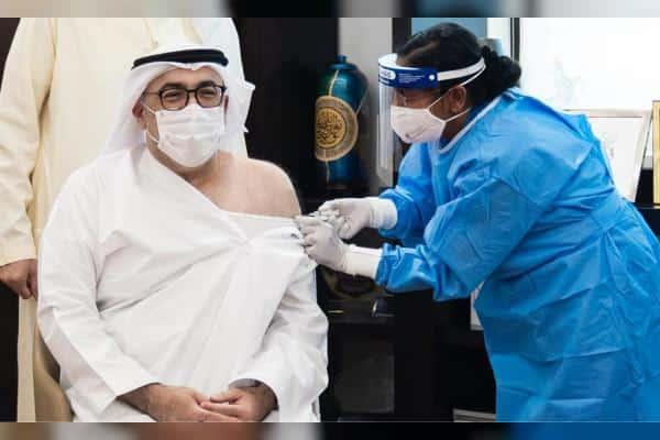 أول جرعة من لقاح كورونا في الإمارات تلقاها وزير الصحة