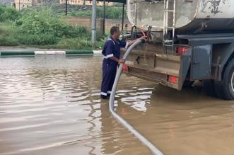نزح 50 طنًّا من تجمعات مياه الأمطار في بارق - المواطن