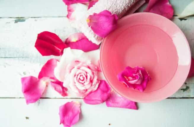 ما هي اضرار شرب ماء الورد للحامل