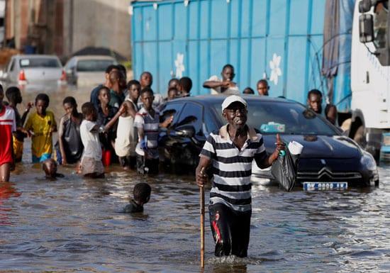 بالصور .. الأمطار تحول عاصمة السنغال إلى بحيرة وتشرد آلاف الأسر