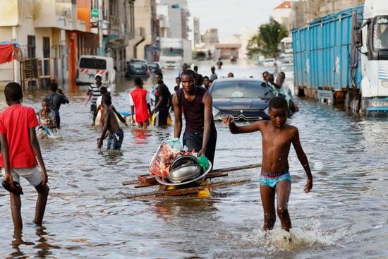 بالصور .. الأمطار تحول عاصمة السنغال إلى بحيرة وتشرد آلاف الأسر - المواطن