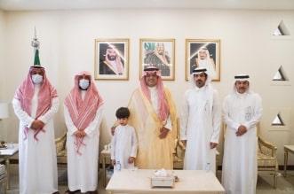 تفاصيل لقاء محافظ حفر الباطن بالطفل الكفيف محمد السهلي ووالده - المواطن