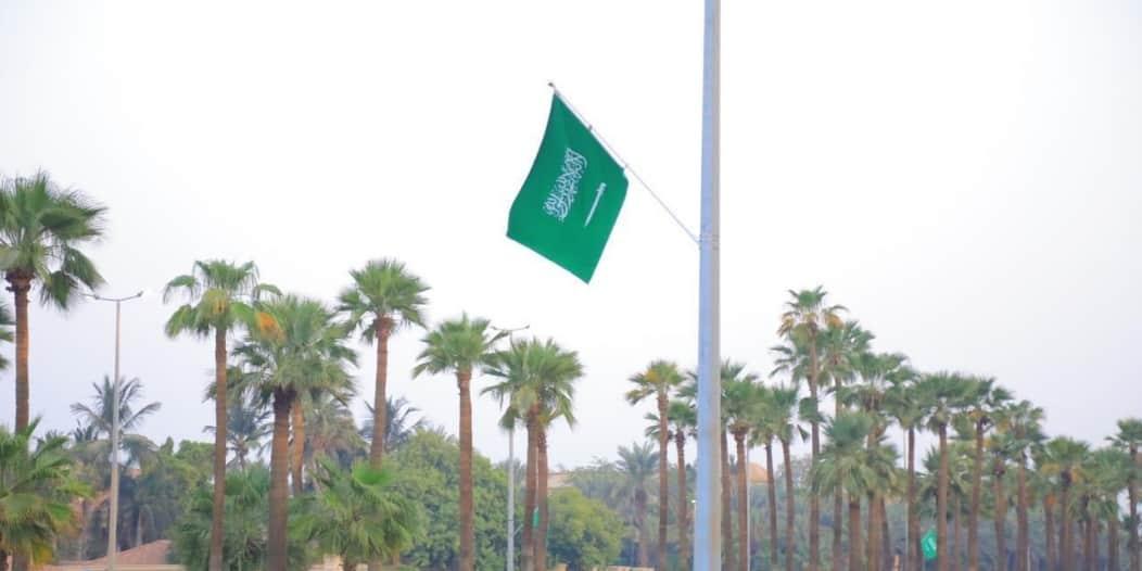 شاهد .. طرقات وشوارع جدة تتزين بأعلام الوطن والإضاءات الخضراء