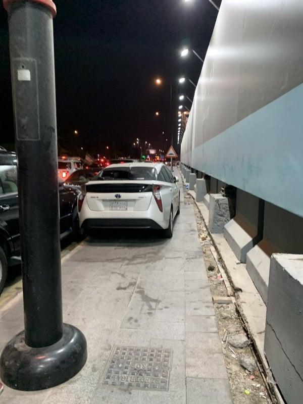 القبض على سائق ركن سيارته على رصيف كورنيش جدة