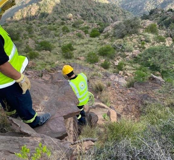 إنقاذ عشريني سقط في منطقة جبلية وعرة في أبها