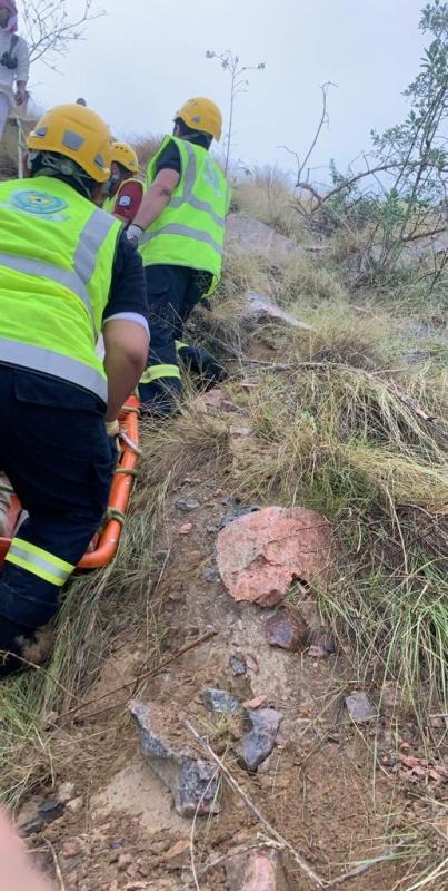 إنقاذ عشريني سقط في منطقة جبلية وعرة في أبها - المواطن