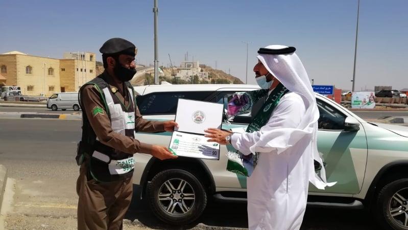 أدبي الباحة يهدي الجنود البواسل ورودًا بيضاء وبطاقات شكر ببهاء الشعر