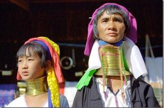 قبيلتان تايلنديتان.. جميع نسائها يتباهون بالرقاب الطويلة - المواطن