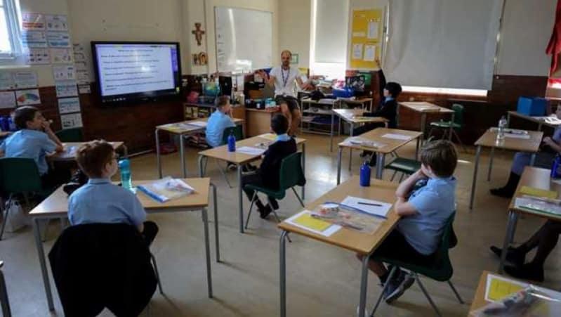 كورونا يهدد بإغلاق المدارس البريطانية مجددًا