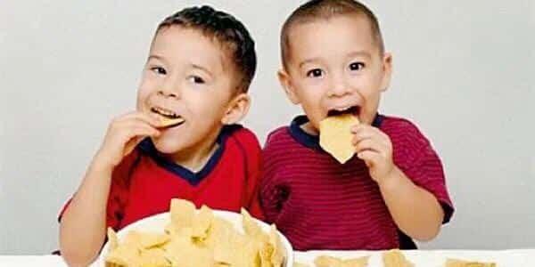 استشارية تغذية للأطفال : تجنبوا الشيبس وهذه البدائل الصحية