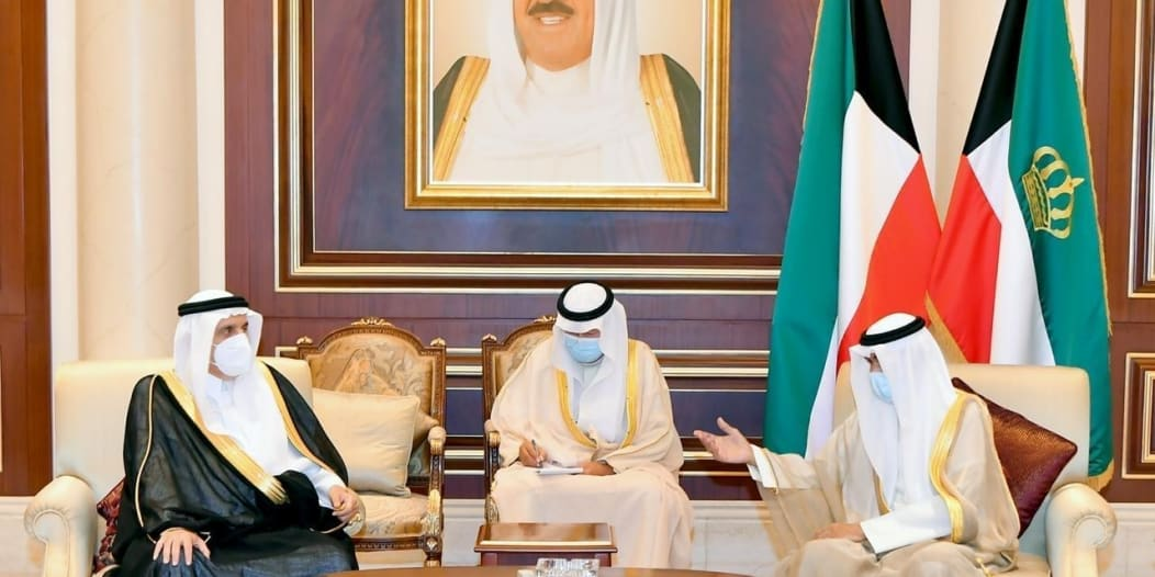 منصور بن متعب ينقل تعازي الملك سلمان وولي العهد في الشيخ صباح