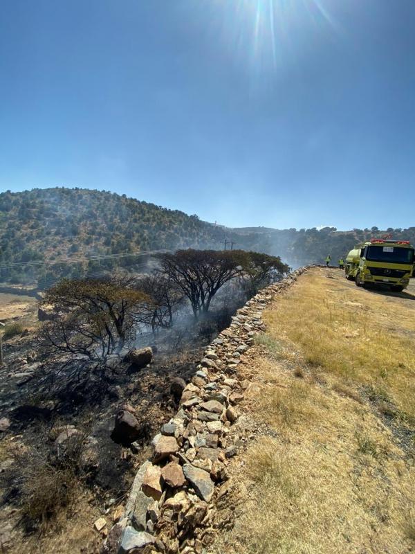 الدفاع المدني يخمد حريقًا في مدرجات زراعية بأبها 1