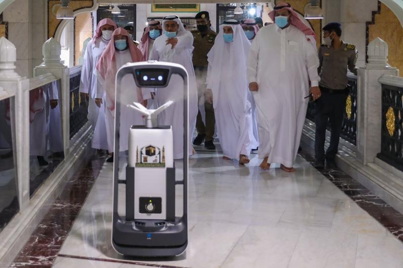الروبوت الذكي لتعقيم الحرمين