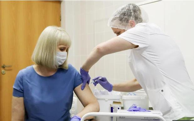 بدء تسليم لقاح فيروس كورونا في مستشفيات بريطانيا