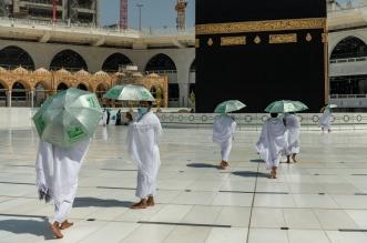 توزيع مظلات على المعتمرين للوقاية من حرارة الشمس - المواطن