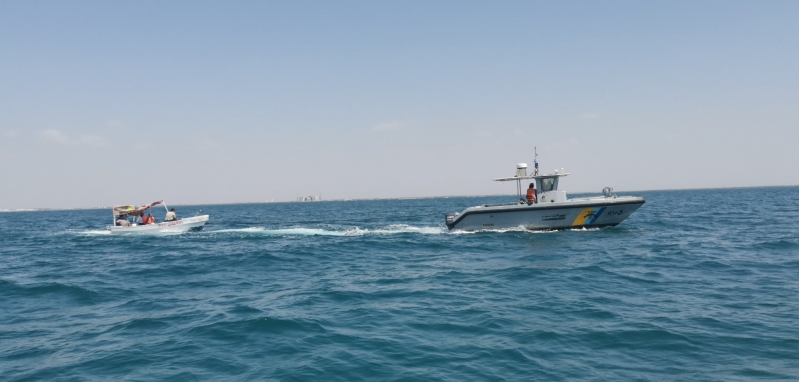 حرس الحدود ينقذ مواطنًا من الغرق بشاطئ الواجهة البحرية بالحريضة