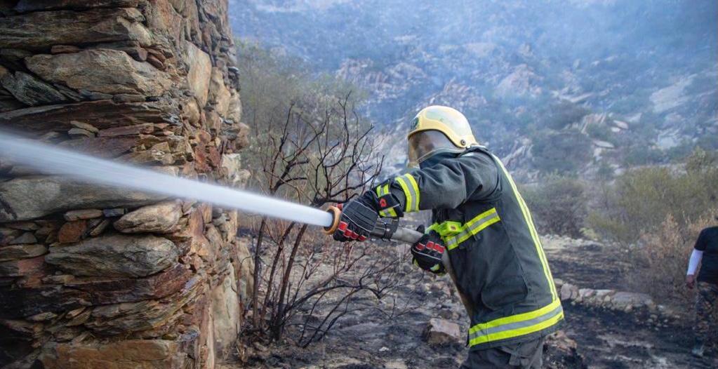الدفاع المدني يحاصر حريق تنومة لمنع وصوله للمناطق السكنية