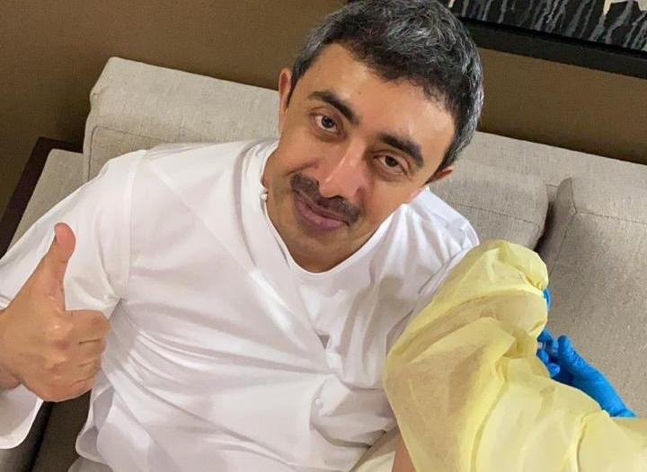 عبدالله بن زايد يتلقى لقاح كورونا