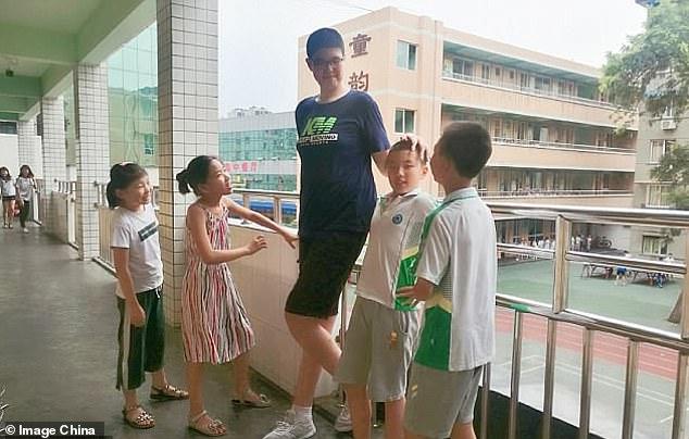 فيديو.. رين كيو صبي صيني لا يتوقف عن النمو !