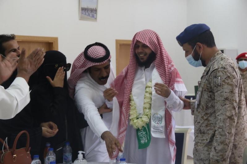 مشاعر ولحظات استقبال أهالي وأقرباء الأسرى لدى وصولهم قاعدة الملك سلمان الجوية بـ الرياض