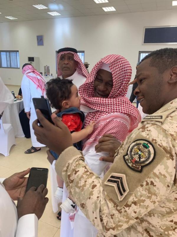 مشاعر ولحظات استقبال أهالي وأقرباء الأسرى لدى وصولهم قاعدة الملك سلمان الجوية بـ الرياض3