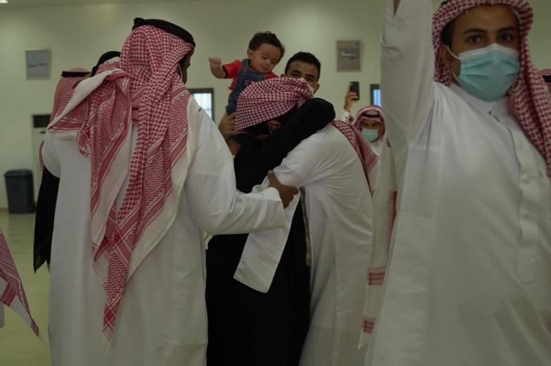 مشاعر ولحظات استقبال أهالي وأقرباء الأسرى لدى وصولهم قاعدة الملك سلمان الجوية بـ الرياض4
