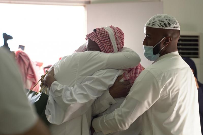 مشاعر ولحظات استقبال أهالي وأقرباء الأسرى لدى وصولهم قاعدة الملك سلمان الجوية بـ الرياض5