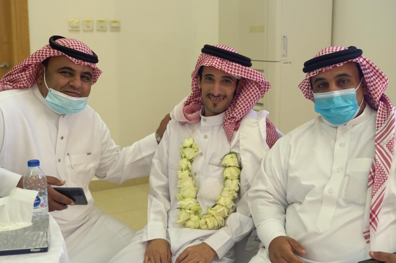 مشاعر ولحظات استقبال أهالي وأقرباء الأسرى لدى وصولهم قاعدة الملك سلمان الجوية بـ الرياض7