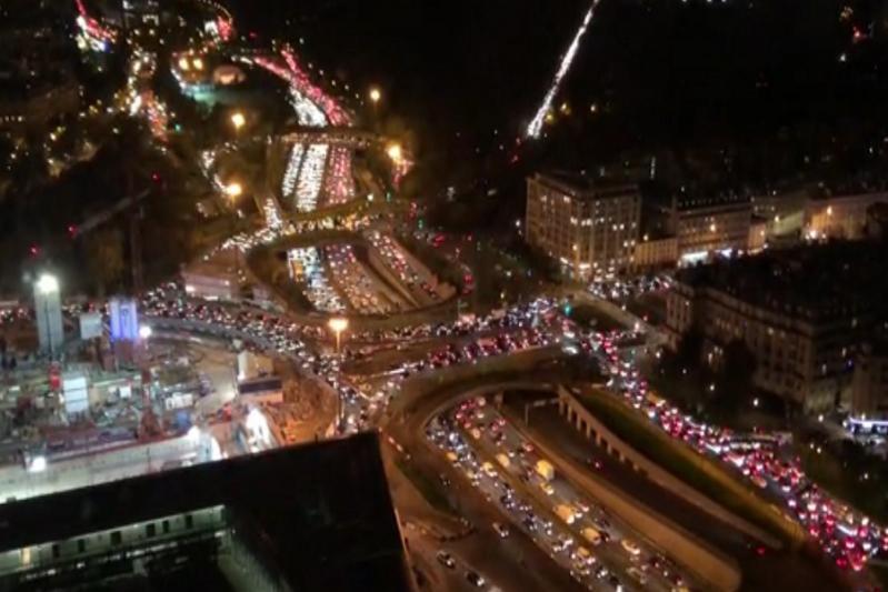 مشهد صادم.. آلاف الفرنسيين يهربون من باريس لهذا السبب