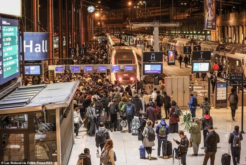 مشهد صادم.. آلاف الفرنسيين يهربون من باريس لهذا السبب 8