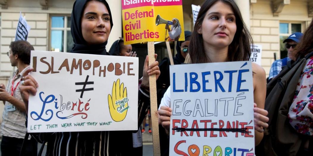 منظمة إنجليزية: شيطنة فرنسا للمسلمين تزداد سوءًا