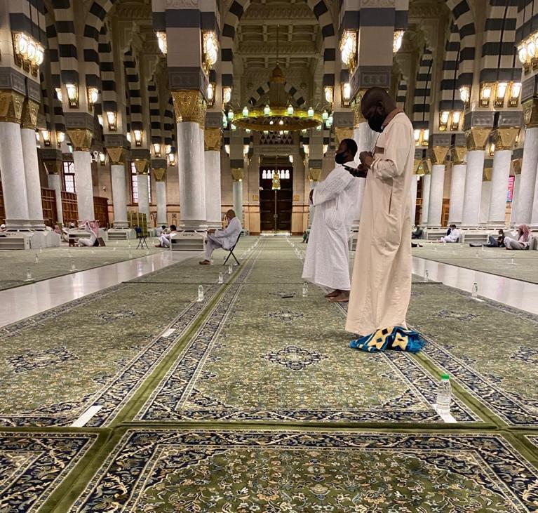 رسالة توعوية لقاصدي المسجد الحرام: ضعوا الأحذية في مكانها المخصص