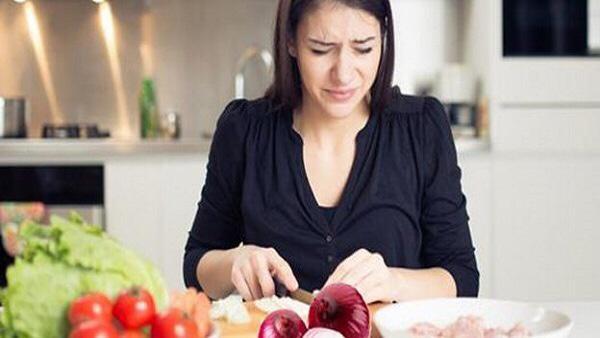 لمنع الدموع أثناء تقشير البصل .. نصيحة لربات البيوت