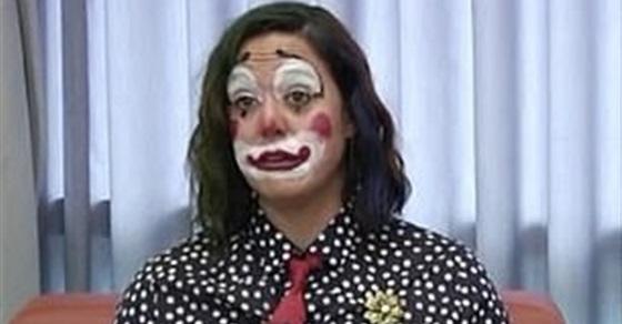 مسؤولة أمريكية ترتدي زي مهرج أثناء الإعلان عن وفيات كورونا