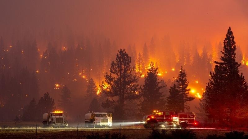 حرائق الغابات تجلي 60 ألف شخص في كاليفورنيا