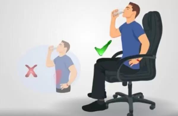 تناول الماء جلوسًا أفضل صحيًّا لهذا السبب