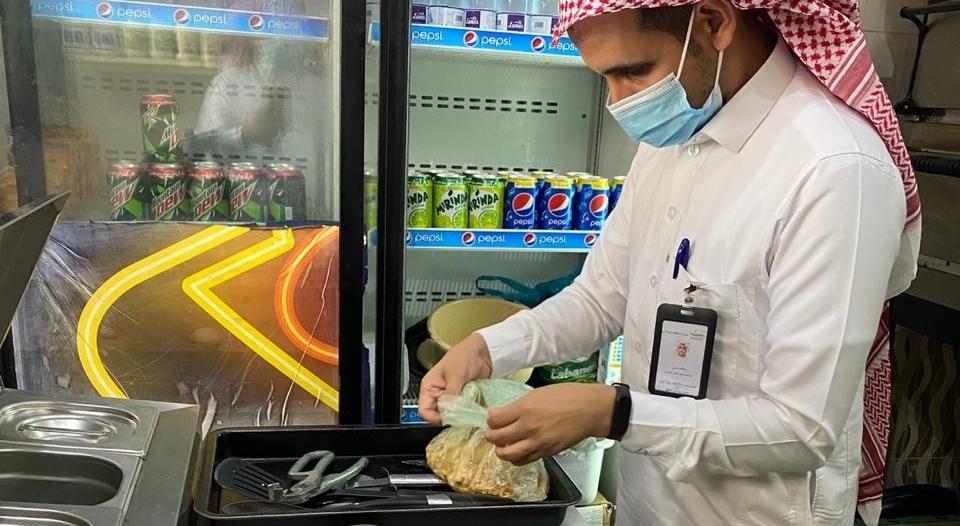 إغلاق 6 محلات ومطاعم مخالفة في رجال ألمع