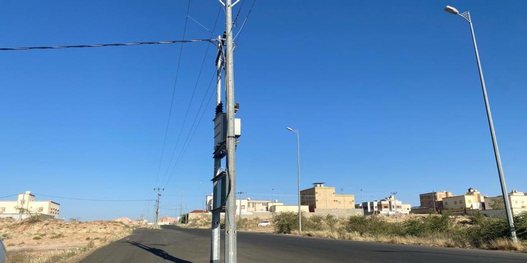 أعمدة كهرباء تتوسط شارعًا رئيسيًّا بمخطط عبيان بأحد رفيدة