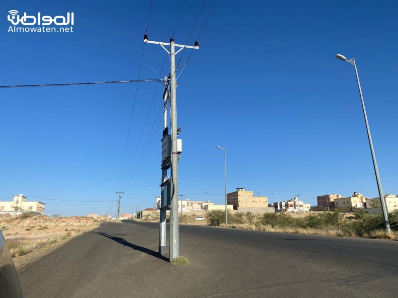 أعمدة كهرباء تتوسط شارعًا رئيسيًّا بمخطط عبيان بأحد رفيدة - المواطن
