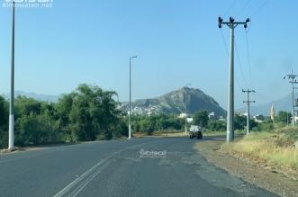 حفر وتشققات تتربص بسالكي طريق محايل - تهامة بللسمر وبللحمر - المواطن