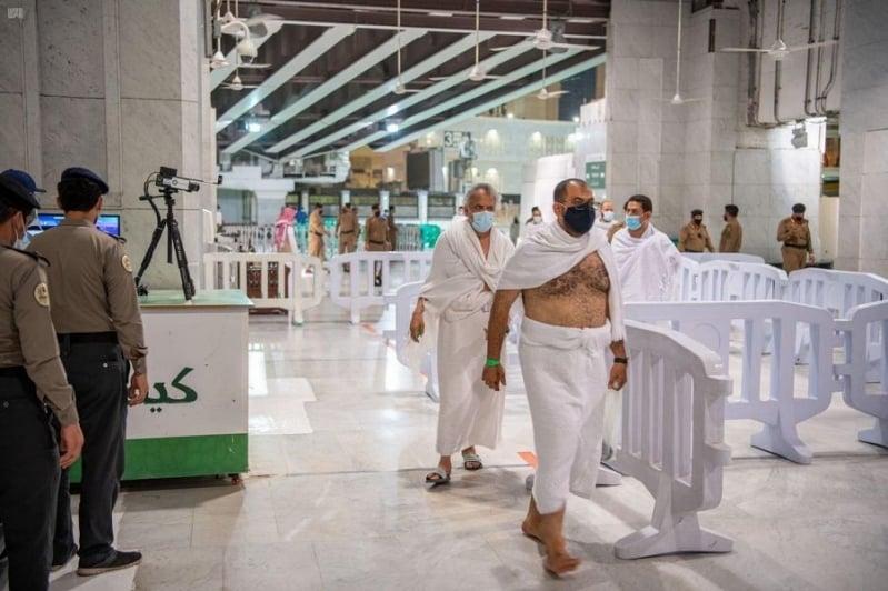 ضيوف الرحمن يؤدون مناسك العمرة فجراً وصحة مكة تؤكد جاهزيتها