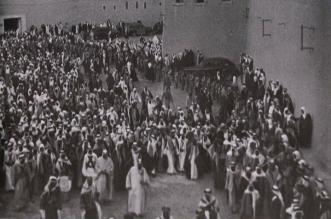 صورة نادرة لـ الملك عبدالعزيز والملك سعود عائدان من صلاة الجمعة - المواطن