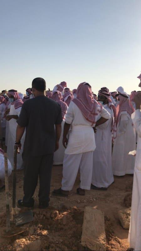 تشييع جثمان الفنان التشكيلي سعد العبيد في مقبرة الشمال