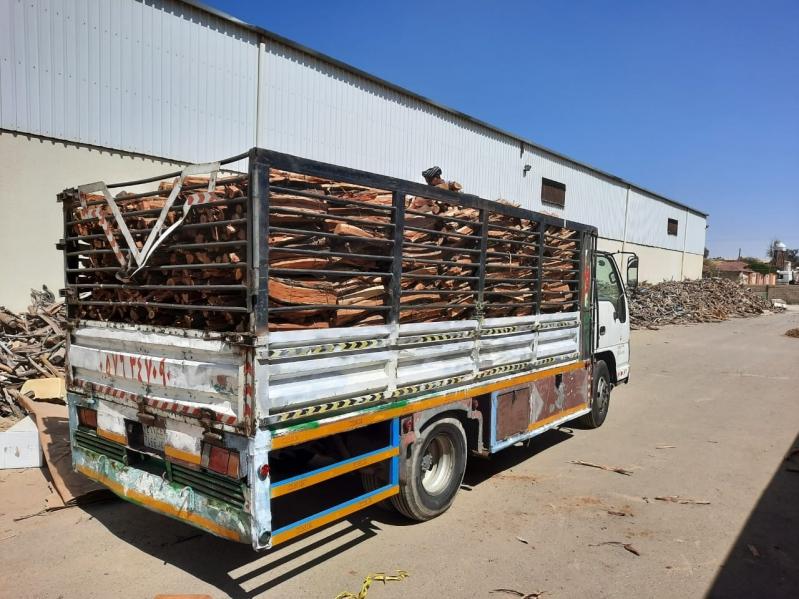 ضبط 39 شاحنة محملة بالحطب المحلي خالفت نظام المراعي والغابات