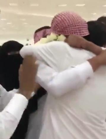 شاهد.. فرحة أقارب الأسير الغامدي بعد وصوله إلى الرياض