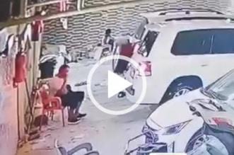 فيديو.. نجاة مواطن من حادث مروع بمغسلة سيارات في بيشة - المواطن